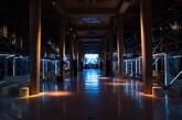 AMO这次的设计灵感源自1990年的夜店。而为了把这个古典主义的政府大楼改建成夜店风的秀场和舞池,AMO用了脚手架搭出空中T台,并分割了区块——场地的中央相对空旷,帮助实现之后秀场一秒变舞池的设计。它又用红色、蓝色的条状霓虹灯拼出了MIU MIU CLUB的字样,直接点题。整个活动都被设计成在黑暗中进行,全场只有夜店风的灯光忽明忽暗,完美再现了90年代的地下夜店。(实习编辑:刘嘉炜)