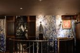 通往二层的铸铁楼梯  通过一个引人注目的铸铁楼梯可以到达二楼的休闲餐厅。几个包间内均设有圆角长方桌,纹理丰富的大理石桌面四周以弧形的橡木包边,底部以黄铜为基座。(实习编辑:刘嘉炜)