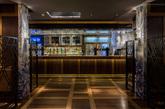 该方案是在向维多利亚时期装饰繁多的饮酒场所致敬  餐馆内部的墙壁与部分天花板以大尺寸的带有亮蓝色花朵图案的白色瓷砖铺装。该饰面引自中国声名远播的青花瓷。(实习编辑:刘嘉炜)