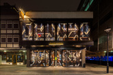 酒吧和餐厅都设在一座两层高的现存建筑内 从玻璃幕墙到划定功能区的金属隔断,抽象的几何图案贯穿整个方案设计。透明与不透明材质的混合使用创造出极具现代感的彩色玻璃效果,形成层次丰富、动态感十足的外立面。在春夏时节,楼上的玻璃窗可以开向餐厅外热闹的贝里克大街,大街上还有一个繁华的日常市场。(实习编辑:刘嘉炜)