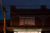 较低水平线的大胆用色由原始亚光粉色天花板巧妙抵消,暴露的T5荧光灯照明如海浪般融入墙面,使空间沐浴在自然脱俗的光线中。(实习编辑:刘嘉炜)