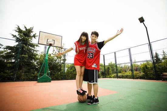组图:学生情侣篮球场亲密照