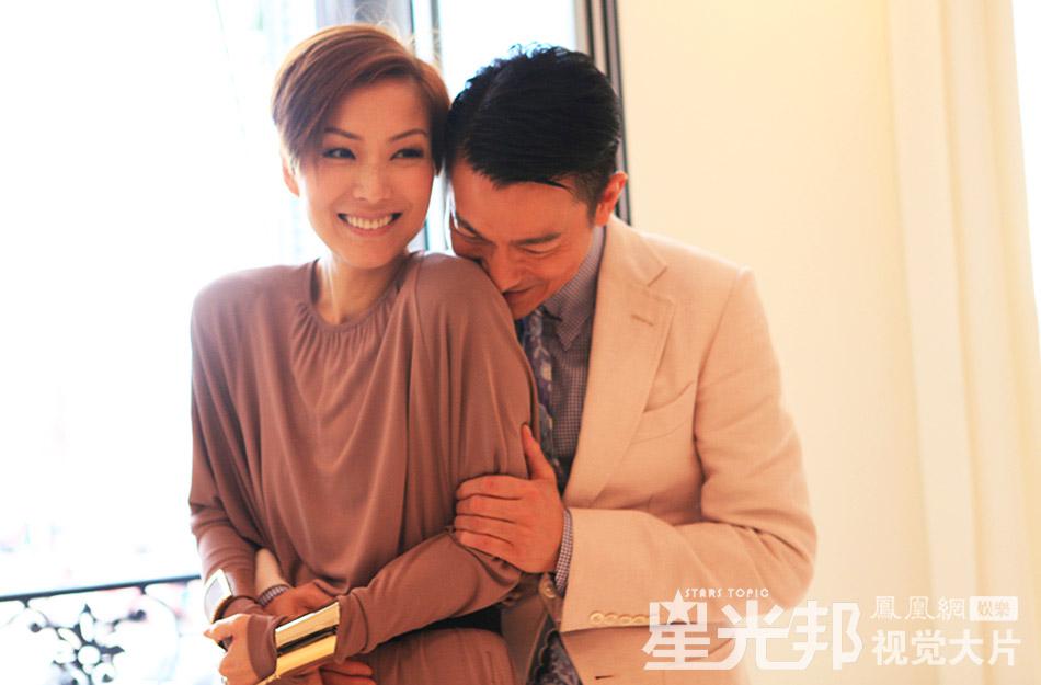 """凤凰网娱乐讯 法国当地时间5月19日,香港导演杜琪峰最新力作《盲探》在戛纳举行宣传活动,刘德华郑秀文这对""""银幕情侣""""再度携手。刘德华形容郑秀文是他""""一生所爱"""",并笑言二人是永远的""""电影夫妻"""",而郑秀文则表示刘德华是自己生命中很重要的一个男人。二人拍摄大片时,举动亲昵,对视时深情的眼神更是羡煞旁人。(图/文 尹茸苑)"""