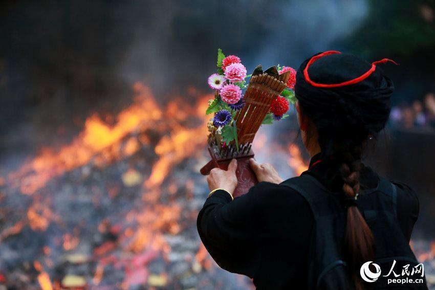 2014年05月26日,湖南省衡阳市,一位香客正在祭拜.彭斌/cfp