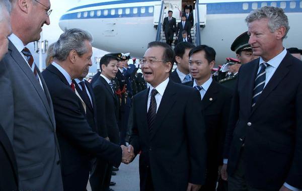 当地时间9月19日晚,中国国务院总理温家宝乘专机抵达布鲁塞尔,出席第十五次中欧领导人会晤并对比利时进行正式访问。记者 黄敬文 摄…