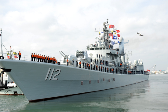 """由北海舰队112舰""""哈尔滨""""号、528舰""""绵阳""""号和887舰""""微山湖""""号组成的中国海军第十四批护航编队,从青岛某军港解缆起航,赴亚丁湾、索马里海域执行护航任务。据了解,编队含2架舰载直升机、数十名特战队员,共730余人。中国海军执行护航任务4年多来,已派出了14批护航编队,共为5046艘中外船舶实施了安全护航,成功解救、接护和救助了50余艘中外船舶。(记者 张力伟 摄)"""