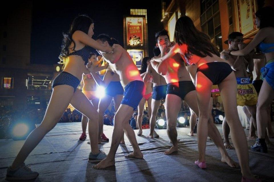 佛山举办11.11光棍节比基尼推手大赛
