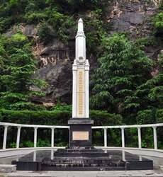 草鞋峡丛葬地遇难同胞纪念碑