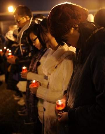 民众为南京大屠杀遇难者秉烛守灵