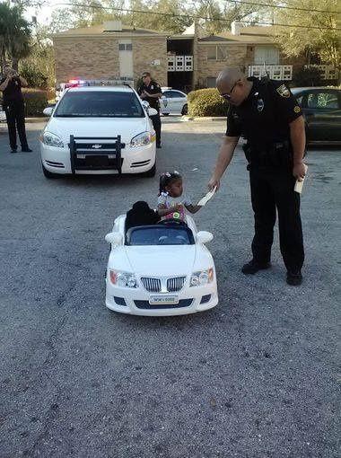 """2岁女孩家门口驾驶玩具车被警察""""开罚单""""(图) - 月 月的日志 - 网易博客 - jlzxc2013 - jlzxc2013的博客"""