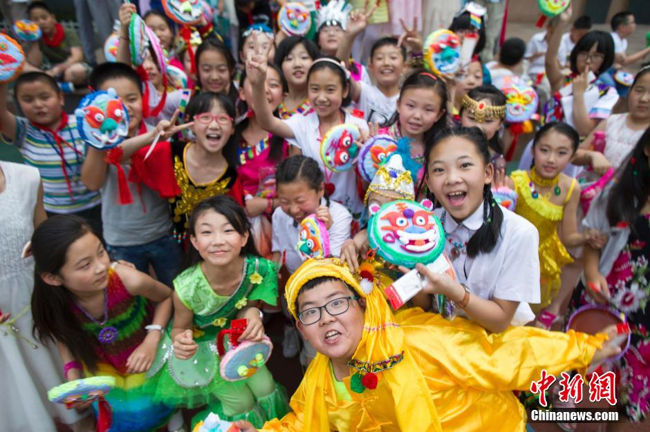 """随着六一儿童节即将来临,山西太原新建路小学组织全校师生""""最爱"""