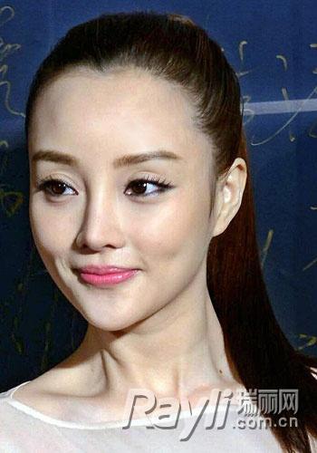 学辣妈女星显嫩发型 逆龄术重回18岁