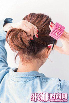 打造步骤: step3 3,使用32mm的卷发棒把脸部周围的碎发全部弄卷.