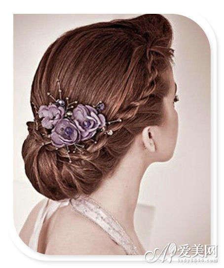紫色的高贵感不言而喻,这款立体感十足的花朵发饰让优雅的盘发看图片