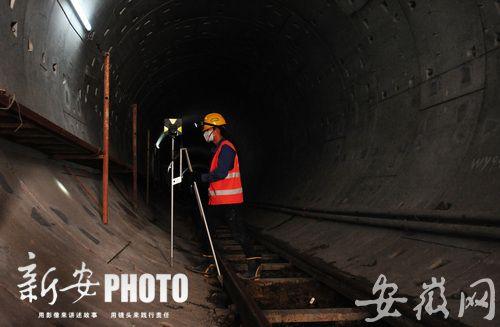 合肥地铁1号线隧道内,工人们正在施工
