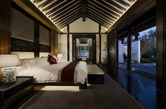 室内装饰木雕精致,白墙,灰瓦,木构元素以及特色园林,完美的打造中式