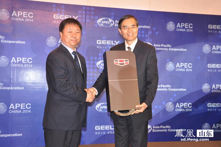 青岛市外事办公室主任崔卫东先生,济南吉利汽车有限公司总经理程文安