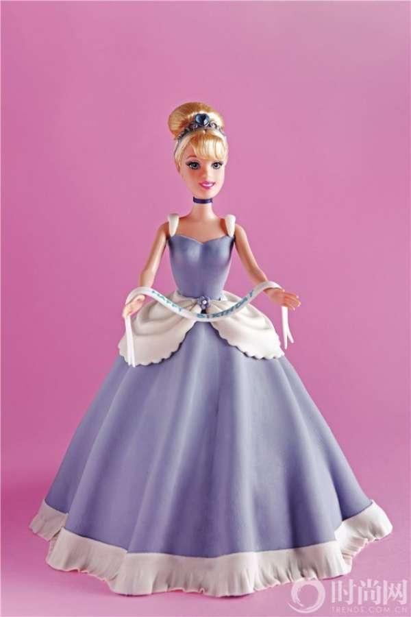 用翻糖为芭比娃娃们制作裙子,装饰在甜品台中,绝对让新娘惊叫不已.