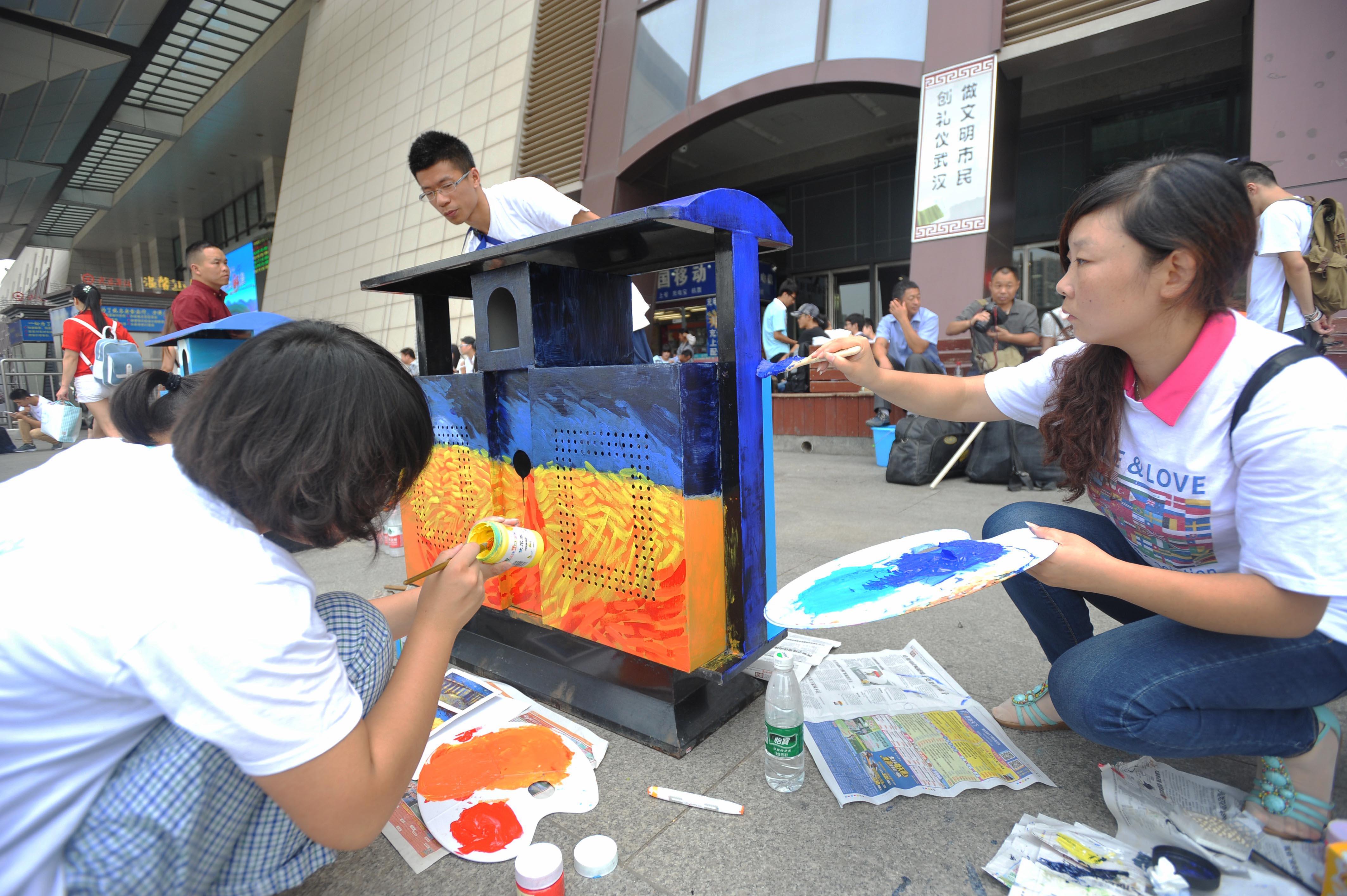 大学生为武昌火车站垃圾桶涂鸦