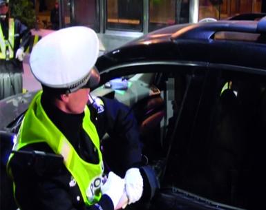 交警铁锤砸窗揪出醉驾 52岁男子自称喝了一瓶啤酒