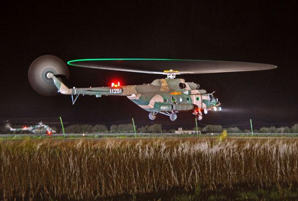 解放军直升机首次在西藏高原完成夜间训练飞行