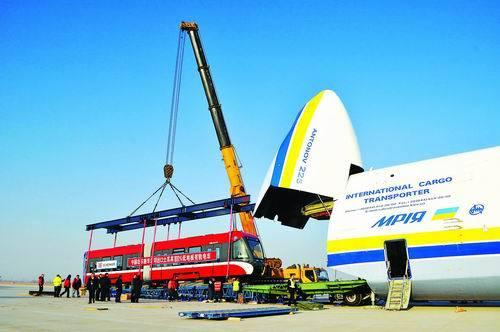 也是世界上第一次用安-225大型货运飞机运载轨道车辆