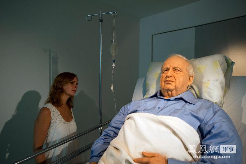 """阿里埃勒·沙龙(1928年2月26日出生),以色列前总理(2001.3.7—2006.4.11),利库德集团创建人之一,亦是前任主席(1999年—2005年)。同时,也是以色列建国以来战功最大的将军。图为特拉维夫一所美术馆内的""""病榻上的沙龙""""蜡像。"""