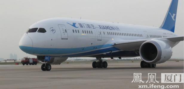 9月6日,在波音787首航福州-北京-厦门的航班上,厦航空乘将统一