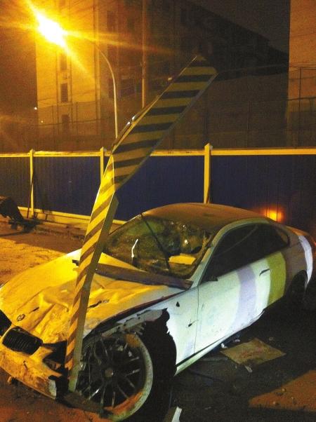 成都一宝马车连撞4车 司机面对警察向天撒钱