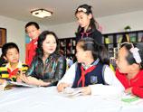 北京市朝阳区实验小学校长陈立华与孩子们在一起