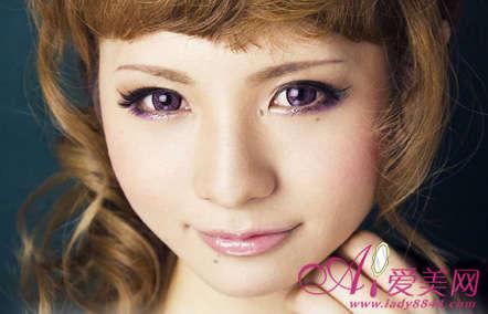 用眼影画下眼线搭配紫色美瞳眼妆