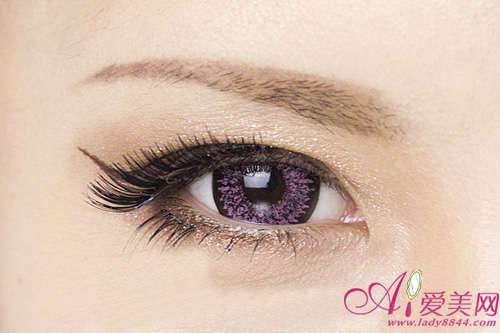 再上眼皮涂满棕色的眼线液,在眼角向上提高,形成一定的弧度,如弯钩