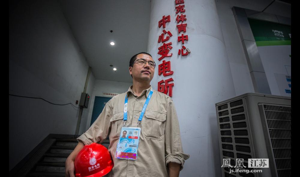 他叫王德峰,是苏州供电公司支援南京奥体中心体育场、游泳馆、现代五项馆的电力保障团队的负责人。自5月下旬起,王德峰就带领团队先期小分队入驻了奥体。(邬楠/文 彭铭/摄)