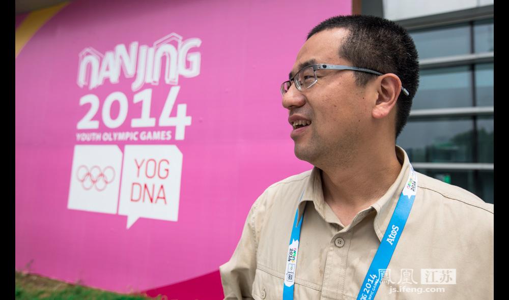 """""""对于即将开始的南京青奥会,王德峰希望他们团队的保电工作能为各项比赛的顺利进行贡献一份力。""""这样,我们再辛苦也就值得啦!""""(邬楠/文"""