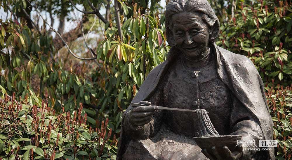 时至今日,徐州更是好人层出不穷,光耀全城,德耀全国。图为好人园内张公兰塑像。【点击阅读她的故事】(邬楠/文 彭铭/摄)