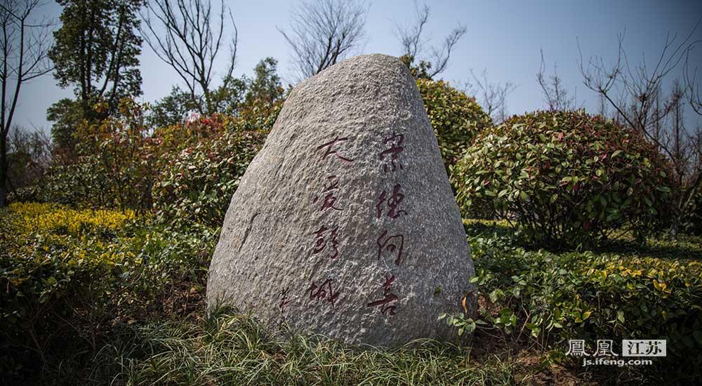 雕塑与真人大小无异,采用青铜铸造或用花岗岩雕刻而成。(邬楠/文 彭铭/摄)