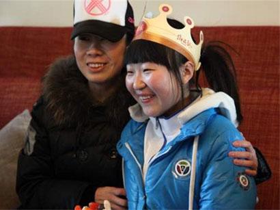 陈思/在陈思(右)十九岁生日当天,志工郭宝宝(左)买了一个专属的...