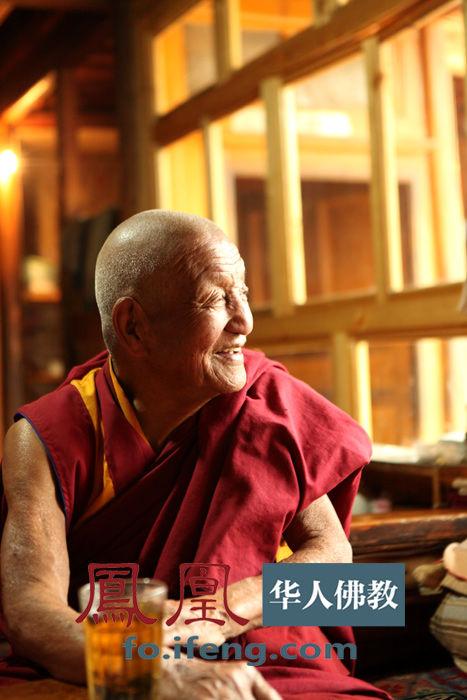 中凝望窗外.(图片来源:凤凰网华人佛教 摄影:曹立君)-尕楞寺