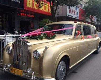 网传石狮现劳斯莱斯婚车队 载着3箱黄金和现金
