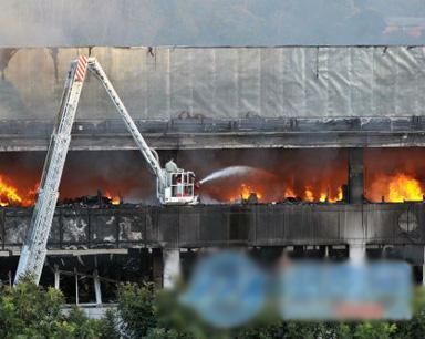 永春县三力汽车城大火 两层楼被烧毁爆炸声不断