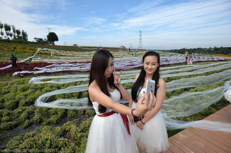 """穿上4100米婚纱展示.当日,为了迎接国庆大假,工作人员在成都"""""""