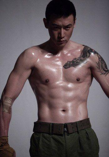 """陆毅秀肌肉暴露纹身 自称拍""""打戏""""受伤"""