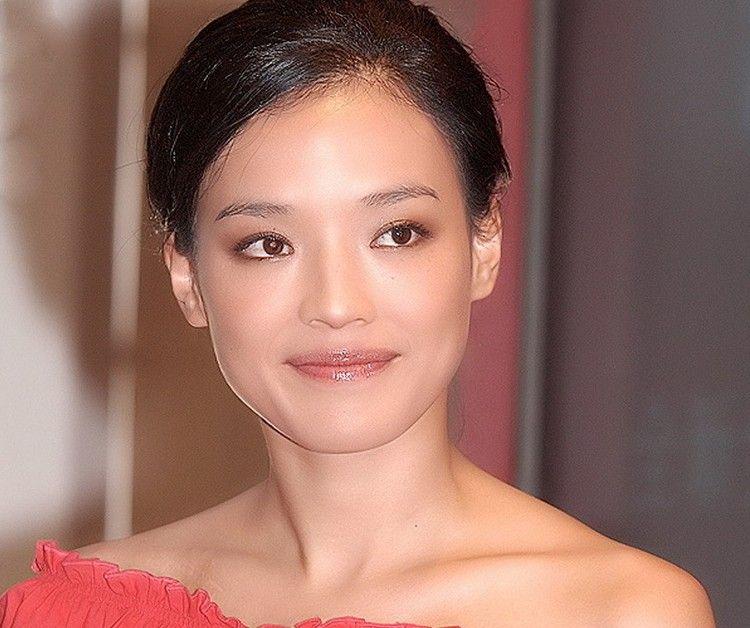 """舒淇(资料图) 据台湾媒体报道,韩剧《来自星星的你》风潮袭卷台湾,全智贤、金秀贤""""双贤""""声势冲天,强压去年的《半泽直树》。 全智贤演活千颂伊,肚里却没墨水又率真可爱的偶像明星,处处戳中观众笑点,她固然是无可取代的""""千颂伊"""",但在台湾8位知名制作人心目中,最符合千颂伊和男主角都敏俊角色特质的台湾明星,由金马影后舒淇以及金钟影帝赵又廷出线。"""