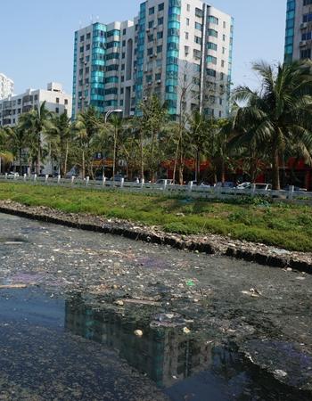 垃圾遍布的鸭尾溪影响城市形象