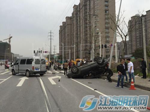 南通港闸区新华路两车相撞 三人受重伤