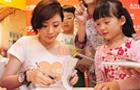 贾静雯为小朋友们签名送书