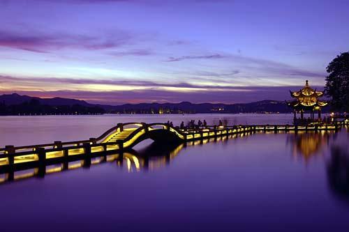 西湖夜之浪漫,让本地人如痴?-中国夜景最美的十大城市 美到没朋友图片