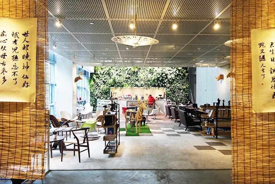 """绿植,创意设计产品和不同的文化活动营造出""""绿野仙踪""""般的会务展厅."""