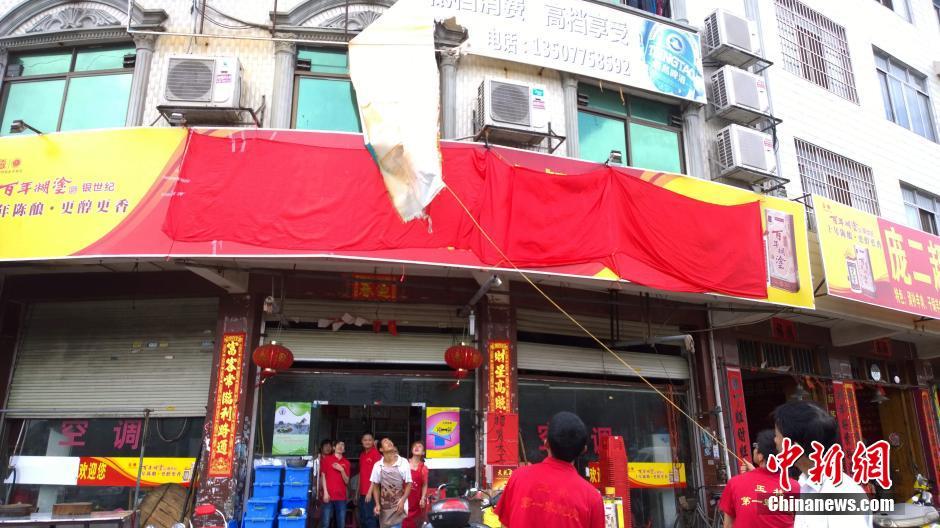 广西玉林狗肉餐馆拉大型红布遮挡招牌求安宁