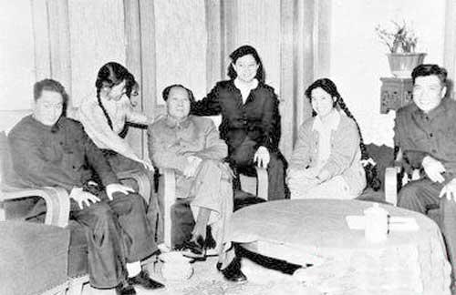 """李敏只一句话概括——""""父亲教育我们要夹着尾巴做人""""。在这个家庭里,也许只有江青可以不理会这句话,但毛泽东的子女们却把它牢记在心。刘松林——毛泽东长子毛岸英之妻、毛新宇——毛泽东之孙、邵华——毛泽东之子毛岸青妻子、毛东东——毛泽东重孙、刘滨——毛新宇之妻、李敏——毛泽东女儿、孔继宁——毛泽东外孙、孔东梅——毛泽东外孙女、李讷——毛泽东女儿、王孝芝——毛泽东外孙、王景清——李讷的丈夫。除了依稀熟悉的一两个名字,除了少数残留的记忆,对于这份名单,人们或许只有茫然。(图片来源:人民网)"""